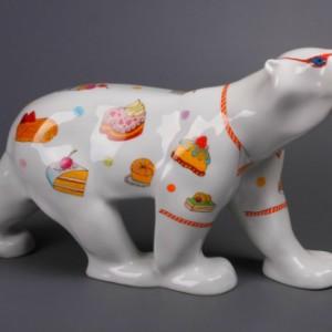 Скульптура «Nord». Форма — «Медведь идущий». Автор формы — Б. Я. Воробьев. Автор росписи – Л. Ю. Цветкова.