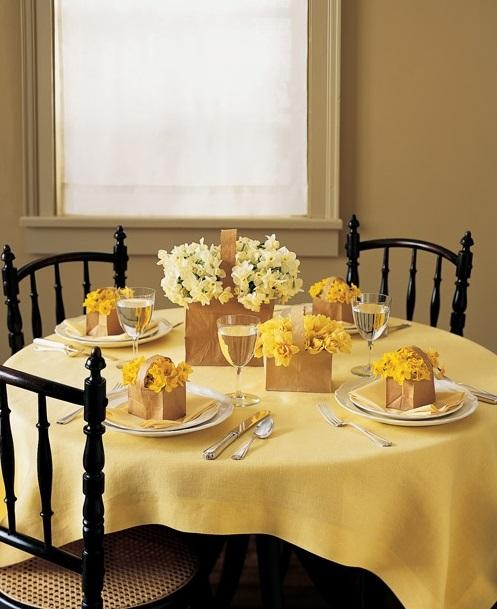 Желтая сервировка стола